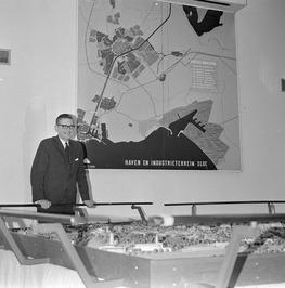 Burgemeester Wolters bekijkt de maquette van een nieuwe wijk in Middelburg Zuid.