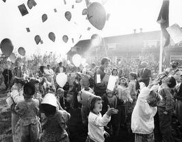 Kinderen laten ballonnen op.