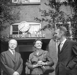 Nieuwe rector, de heer Sieben (rechts), met echtgenote voor het Goese Lyceum. Li…
