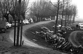 auto's langs de dijk; stortplaats