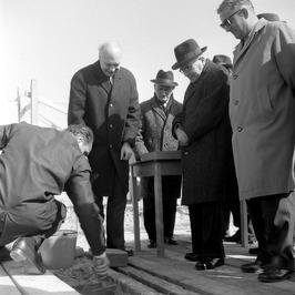 eerste steenleging voor het R.K. bejaardenhuis door KVP gedeputeerde Mes (met ha…