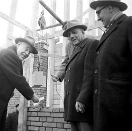 Mr.P.C.D.de Hoop Scheffer legt de eerste steen voor de aan de Langeweg in aanbou…