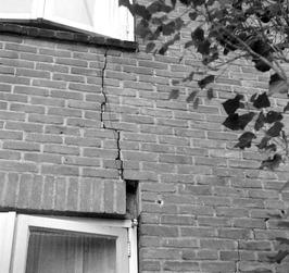 Scheuren in muren. Deze flats zijn gebouwd zonder te heien. De misvatting dat he…