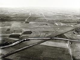in het midden spoorbrug over Arne, links richting Arnemuiden