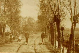 wegje langs boerderij; Willem Bruijnzeel, Tannetje Kodde en hun 10 kinderen  bew…