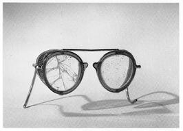 Veiligheidsbril na bedrijfsongeval, 1957.
