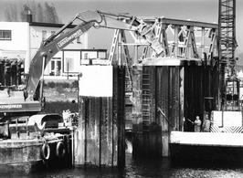 Slopen van de fuik in de voormalige veerhaven.