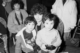 Nurcan Vidan arriveert op Schiphol met kinderen
