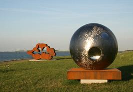 Shine two van Ronald Westerhuis (rechts) en Zonder titel van Gjalt Blaauw (links…