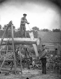 houtzagers; de baas staat beneden, de knecht op kousenvoeten (klompen staan op d…