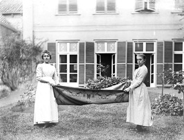 Dienstmeisjes Cato Abrahamse en Jaontje Witte (rechts) van de familie Bolle klop…