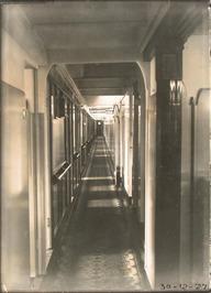 gang met hutten van de Sibajak (Rotterdamsche Lloyd), bestemd voor passagiers- m…