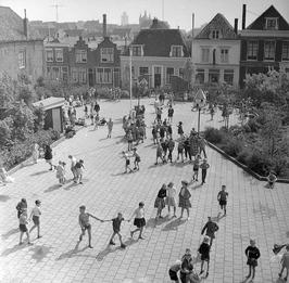 spelende kinderen op het schoolplein van de openbare lagere school in de Nieuwe …