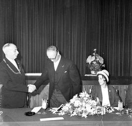 afscheid burgemeester J.C. Hoftijzer (midden); deze  heeft ambtsketen omgehangen…