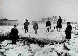 ijsschotsen op het strand voor boulevard Evertsen