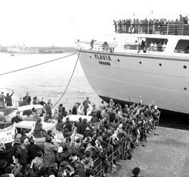publiek bij de aankomst van het passagierschip Falvia in de buitenhaven