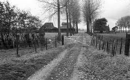 pad naar een ingestorte boeren schuur