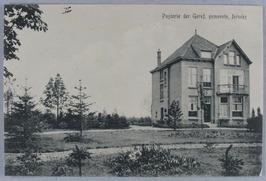 De in 1913 gebouwde pastorie van de Gereformeerde  Gemeente ligt aan de Grintweg…