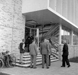 opening van het Landbouwcentrum, CdK de Casembroot in deuropening, rechts mr. A.…