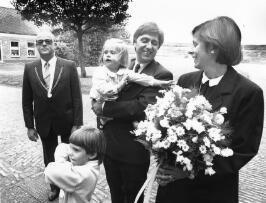 Nieuwe burgemeester L.N. Labruyere met gezin. Links locoburgemeester P.J. van As…