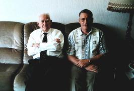 Rudi Claes (rechts), hoofd van de bedrijfsbrandweer  met zijn vader Petrus Claes…