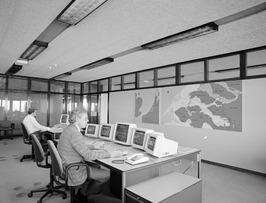 Topshuis van waaruit de schuiven van de pijlers bediend worden; computers