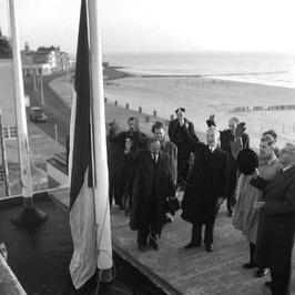 vlag op Britannia, met zwarte jas burgemeester Kolff