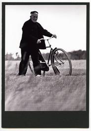 Mannen, protestants. Oudere man met fiets.