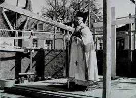 bouw Rooms-Katholieke kerk aan de Bachtensteene; deken R. Nieveen van Dijkum hou…