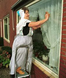 vrouwen, door de weekse dracht; ramen zemen; schoonmaak; op Walcheren zijn nog 2…
