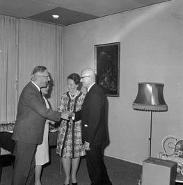 Afscheidsreceptie van dr J. J. Okker (rechts?) in de schouwburg. Hij vertrekt va…