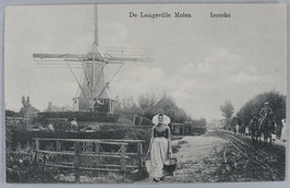 Vrouw, Zuid-Bevelandse klederdracht. De achtkante houten korenmolen (type grondz…