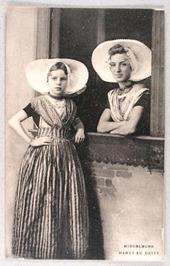 vrouwen; Hanny en Hetty in Arnemuidse klederdracht in Middelburg