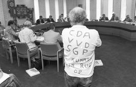 demonstratie tegen kernafval opslag tijdens raadsvergadering in gemeentehuis Hei…