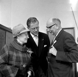 PvdA wethouder A. Berenpas geridderd door burgemeester Drijber, links mevr. Bere…