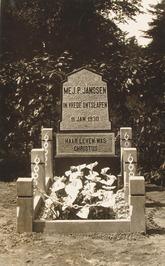 Graf en grafsteen van Pieternella Janssen op de Algemene begraafplaats.
