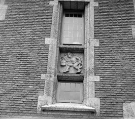 gevelsteen aan de zijkant van het stadhuis
