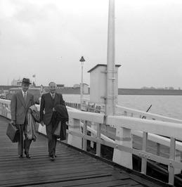 minister Algera (links) en hoofdingenieur-directeur van de Deltadienst-Zuid  H.A…