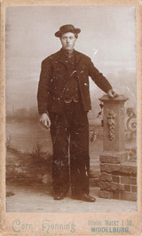 Oom Leen in Zuid-Bevelandse dracht voor mannen.
