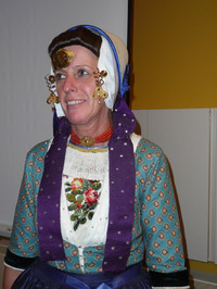Hannie Louwerse tijdens promotie biblioservice bus in woonzorgcentrum De Kreek