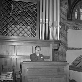 organist de heer A.J. Theunis speelt in Rooms-Katholieke kerk