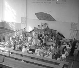uitvoering van muziekschoolleerlingen in de Gereformeerde kerk in de Sint Domuss…
