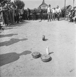 mannen bezig met het krulbollenspel