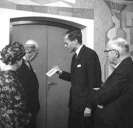 afscheidsreceptie van de heer de Vries, rechts burgemeester Drijber met boekenbo…