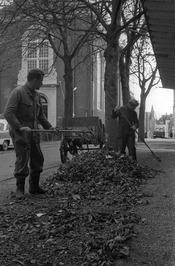 bladeren opvegen; links de Evangelisch-Lutherse kerk, richting Bree