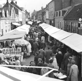weekmarkt; de Noordstraat komende vanuit de Molenstraat. Het pand met zonnescher…