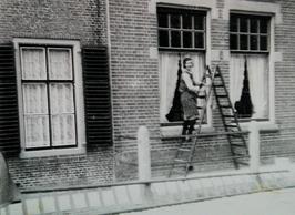 dienstmeisje op trap bij de heer Geluk in de Voorstraat; dienstbode