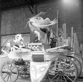 Bouw van carnavalwagens. Rechts Jan Braet op de wagen.
