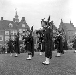 10 jaar bevrijdingsfeest; optreden Schotse band (doedelzakken)