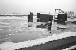 Veerhaven Anna Jacobapolder. Het ducdalf is door zware ijsgang opzij geduwd.